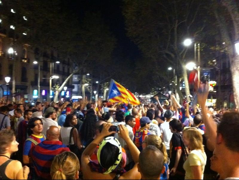 Diverses persones s'han acostat al voltant de la font de Canaletes per celebrar la victòria del Barça Foto:ACN