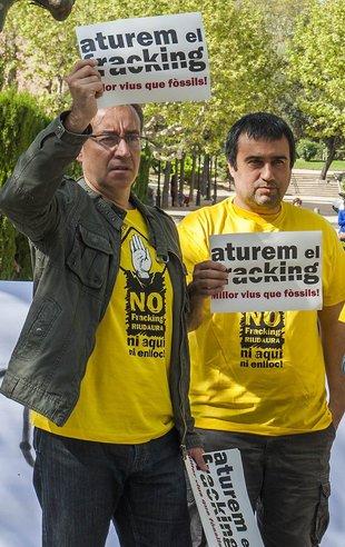 Activistes contra el 'fracking' manifestant-se a les portes del Parlament de Catalunya Foto: JOSEP LOSADA.